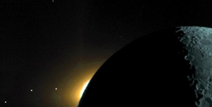 מישור המִלקה כפי שצולם ב-1994 על ידי החללית קלמנטיין. משמאל ניתן לראות את מאדים, שבתאי וכוכב חמה, המקיפים את השמש במישור  | NASA