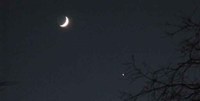 לאחר שקיעת החמה, מעבר לאופק מתאחדים להם שני שיאני הבהירות השמימיים   צילום:  M J Richardson