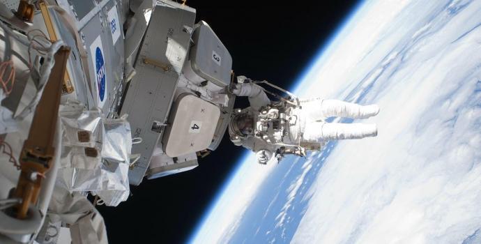 אסטרונאוט מנופף מתחנת החלל