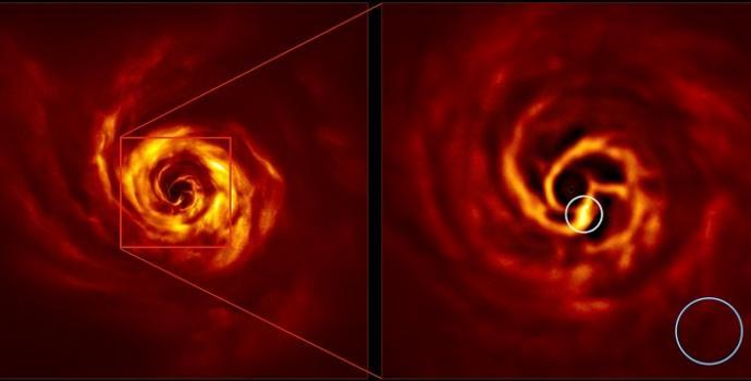 """מערבולת האבק והגז משמאל והגדלתה. במרכז המערבולת: ה""""טוויסט"""" הבהיר שבו נולד כוכב הלכת. קרדיט: ESO/Boccaletti et al."""