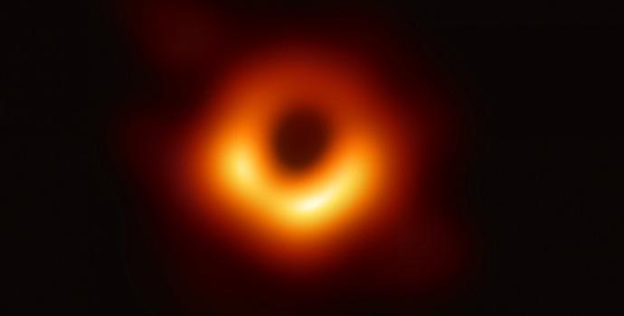 מדענים צילמו לראשונה חור שחור