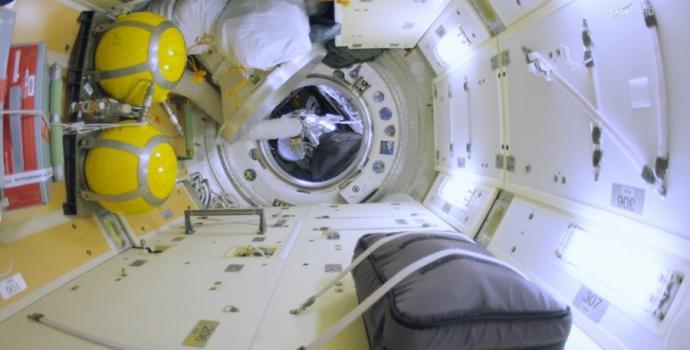 סיור דה-לוקס בתחנת החלל הבינלאומית