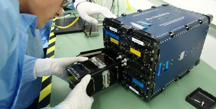 מעבדת החלל של ספייס פארמה, המתנהלת ללא מגע יד אדם, ונשלטת מהטלפונים הניידים של החוקרים השונים בכדור הארץ.