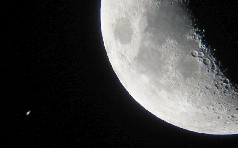 התקבצות הירח ושבתאי מבעד לטלסקופ