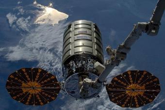 חללית המטען, סיגנוס, מחוברת לתחנת החלל הבינלאומית באמצעות הזרוע הרובוטית | צילום: ESA/NASA/Tim Peake