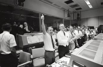 מנהלי הטיסה של אפולו 13 מריעים | NASA