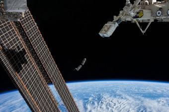 שחרור ננו-לוויינים מתחנת החלל הבינלאומית   צילום: NASA