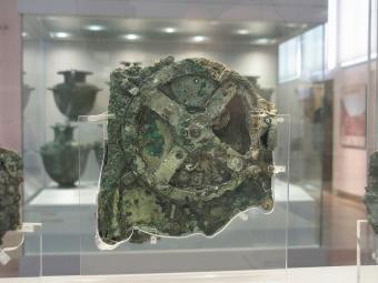 שרידי מנגנון אנטיקיתרה המוצגים במוזיאון אנטיקיתרה   צילום: Tilemahos Efthimiadis