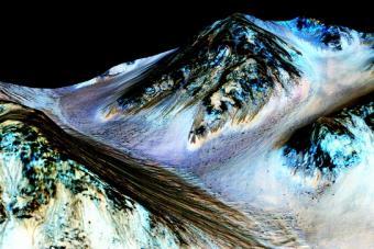 צילום זרמי מים (הפסים הכהים) על רכס במאדים | NASA/JPL/University of Arizona