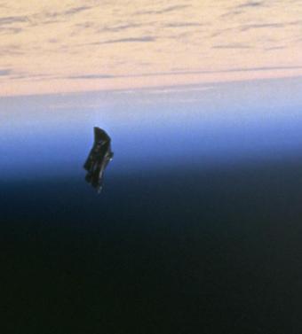 """שמיכה תרמית של אסטרונאוט שנשארה להקיף את כדור הארץ – כפי שצולמה מחלון מעבורת החלל אנדוור ב-1998. קרדיט: נאס""""א"""