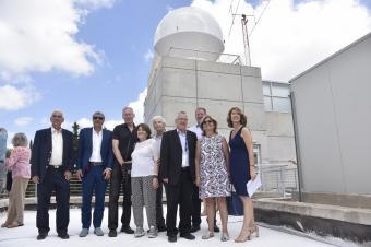 אנשי קרן אדליס עם פרופ' בועז גולני ופרופ' פיני גורפיל, על רקע התחנה החדשה | באדיבות הטכניון