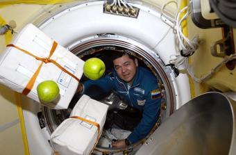 קוסמונאוט רוסי מגיע לתחנת החלל הבין לאומית, ומביא איתו אספקה טרייה של תפוחים! | NASA