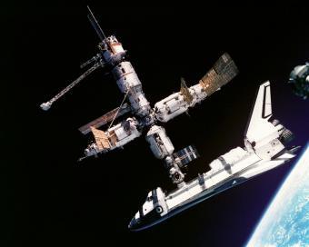 מעבורת החלל האמריקאית אטלנטיס עוגנת ב'מיר', תחנת החלל הרוסית | NASA