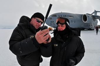 קצינים בחיל האוויר האמריקאי בודקים טלפון סלולרי באנטרקטיקה | צילום אילוסטרציה: U.S. Air Force photo/Staff Sgt. Robert Tingle