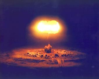 """ניסוי גרעיני שנערך מעל נבדה ב-1957. הניסוי הוסיף לכדור הארץ """"חגורה"""" מגנטית, שנשארה במקומה במשך מספר שבועות"""