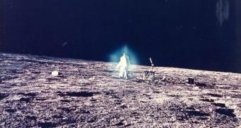 תמונה נדירה של אלן בין ממשימת אפולו 12, חוקר את אוקיינוס הסערות, הים הירחי הגדול ביותר | NASA