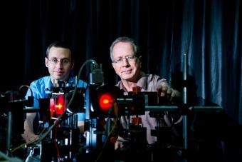 החוקרים מכווננים את המערכת האופטית | צילום: דני מכליס, אוניברסיטת בן גוריון