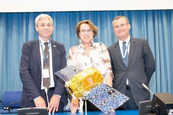 """דגם ונוס באו""""ם. משמאל: אבי בלסברגר, מנהל סוכנות החלל הישראלית. במרכז: סימונטה די פיפו, יו""""ר המשרד לשת""""פ בינלאומי באו""""ם"""