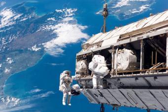 אסטרונאוטים אמריקנים עובדים על בניית תחנת החלל | NASA