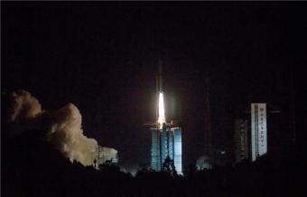 המשגר הסיני Long March 4C נושא את הלוויין Queqiao לירח | קרדיט: Cai Yang/Xinhua/Eyevine