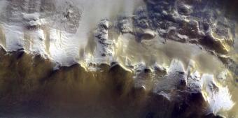 הרי האלפים? אנטרקטיקה בקיץ? לא, זה מאדים. קרדיט: ESA/Roscosmos/CaSSIS