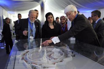 פרופ' אלכסנדר בליי, המדען הראשי במשרד המדע והטכנולוגיה, הנסיכה סומיה בת אל חסאן, פרופ' כריס לואן מ-CERN   צילום: יואב דודקביץ