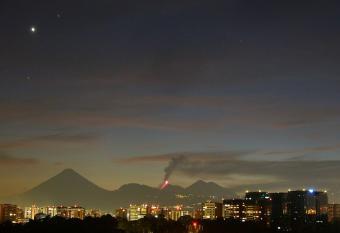 אנטארס מעל הר געש מתפרץ בגואטמלה