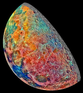 חיבור בין 53 צילומי ירח שצולמו באמצעות פילטרים שונים המסמנים תכונות שונות בתוואי השטח | צילום: NASA/JPL