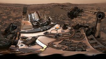למישהו יש מטאטא? הקיוריוסיטי המאובקת, כפי שצילמה את עצמה ב-9 באוגוסט. קרדיט: NASA/JPL-Caltech/MSSS