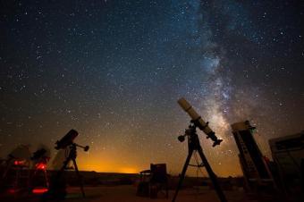טלסקופים מכוונים לרקיע- האור שמגיע אלינו מהכוכבים מספר עליהם הרבה יותר ממה שנראה לעין