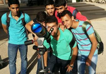 נערים במכללת אלקאסמי צופים בשמש באמצעות טלסקופ ייעודי