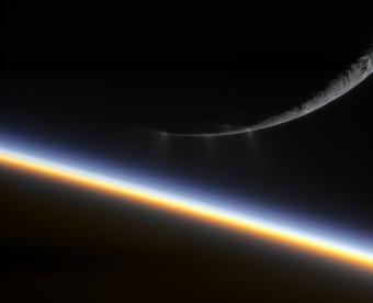 הירח אנקלדוס, על רקע שבתאי. מתחת לפני השטח הקפואים יש יותר מים נוזלים מבכדור הארץ כולו צילום/עיבוד: NASA;Gordan Ugarkovic