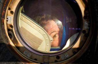 האסטרונאוטית קאדי קולמן מציצה מחלון הסויוז, לאחר הנחיתה | NASA/Bill Ingalls