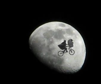 אי.טי וחבר על רקע הירח | עיבוד: Luz Adriana Villa