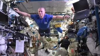 אסטרונאוטים לוקחים את אתגר בובות השעווה לרמה אחרת