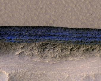 צמאים? תמונה ראשונה של קרח על פני השטח של מאדים