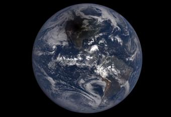 צפו: ליקוי החמה הנדיר כפי שהוא נצפה מהחלל