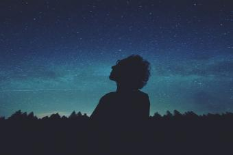 צופה בשמי הלילה