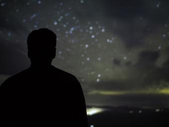אדם מול שמי הלילה | צילום:  Martin Hieslmair via Flickr