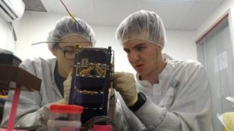 תלמידים מרכיבים את הלוויין דוכיפת 3. צילום: מרכז המדעים הרצליה