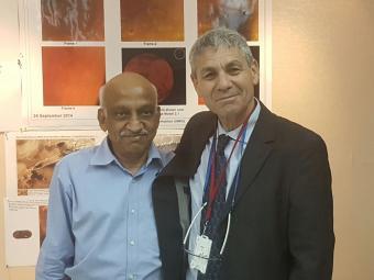 ראש סוכנות החלל הישראלית, אבי בלסברגר, עם מקבילו, ראש ארגון מחקר החלל ההודי, קירן קומר
