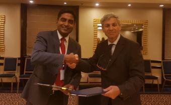 ראש סוכנות החלל הישראלית, אבי בלסברגר (מימין) ונציג משרד החוץ ההודי
