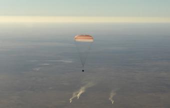 הקוסמונאוט הרוסי אלכסנדר אובצ'ינין והאסטרונאוט האמריקני ניק הייג בקפסולת החללית סויוז ונחתו בשלום. קרדיט: NASA