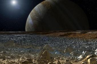 הדמייה המציגה תצפית על צדק מעל פני השטח של אחד מירחיו הגדולים - אירופה שמו | NASA