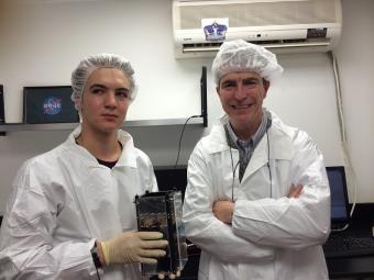 דניאל פורטנוי, מהנדס ומנטור בתכנית דוכיפת 2, ואיתי גרסטן, תלמיד ומהנדס מערכת בפרויקט. הפעם יבול התוכנית יהיה 7 לוויינים