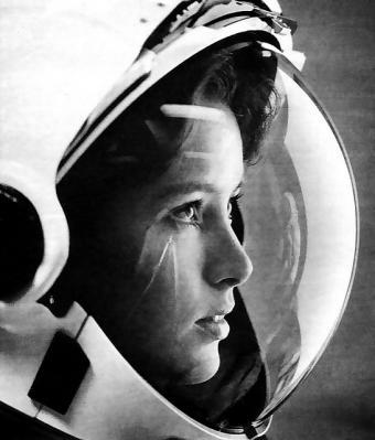 אנה פישר בחליפת אסטרונאוט