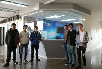 """תלמידי י""""ב ממגמת הנדסת תוכנה ומגמת אלקטרוניקה בתיכון רוגוזין, על רקע המעבדה"""