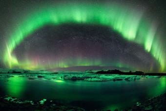 הזוהר הצפוני במופע מרהיב מעל שמי איסלנד | סטפן ווטר