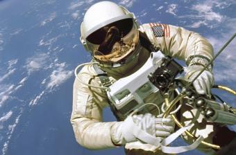 אד ווייט בהליכת החלל האמריקאית הראשונה | צילום: NASA