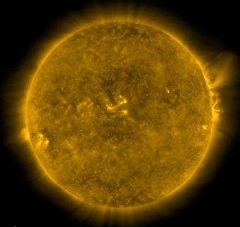 ההילה שבתמונה מסמנת את תנועת הפלזמה לאורך קווי השדה המגנטי של השמש. קרדיט: NASA/SDO